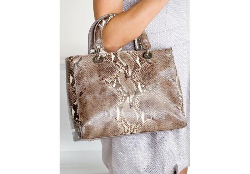 0681c2bc6fe2 В целом не рекомендуется перенасыщать сет изделиями из кожи – пусть это  будет только сумка, выступающая в роли главного модного акцента.