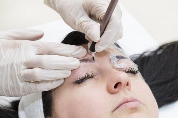 Что лучше: микроблейдинг или перманентный макияж