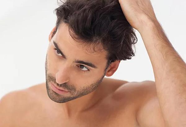 Мужчина сушит волосы