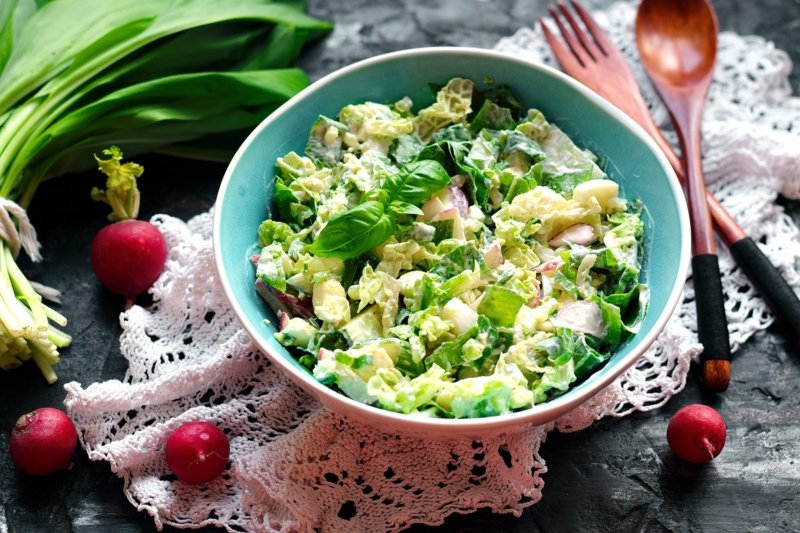 Весенний салат с черемшой, редисом и пекинской капустой - рецепт