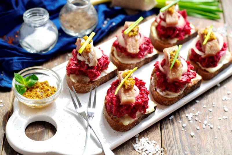 Закусочные бутерброды с сельдью и свеклой - рецепт с фото