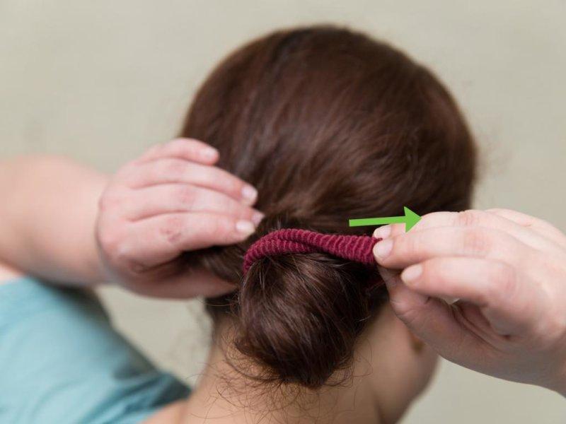Накрутить волосы при помощи резинки