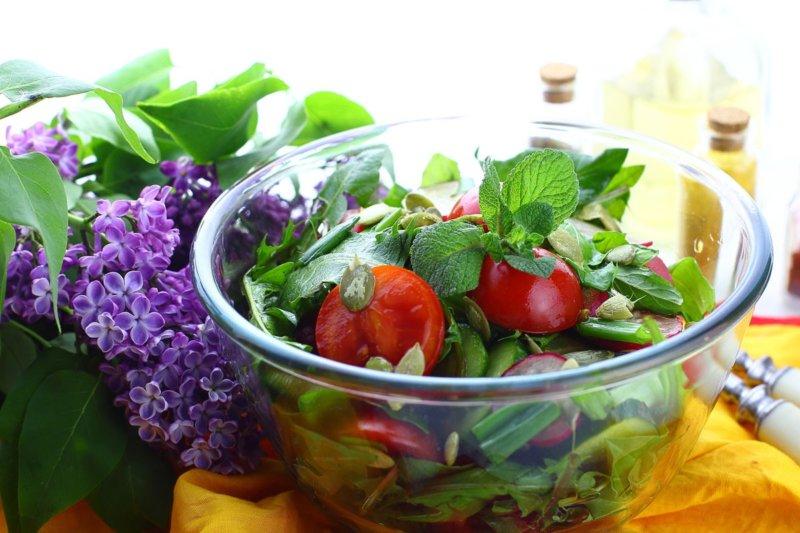 Салат из листьев одуванчика - рецепт
