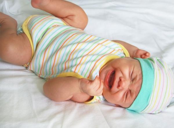 Ребенок плачет когда пукает, причины