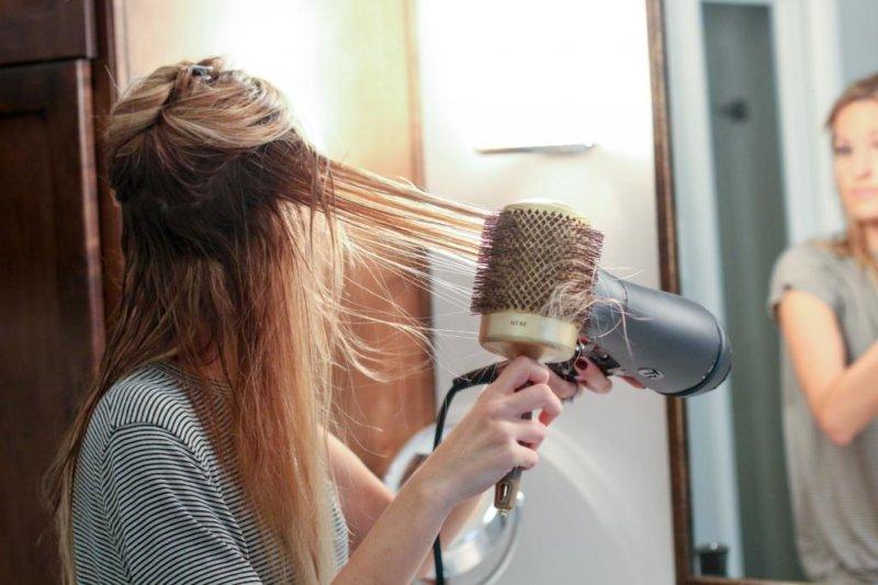 как выпрямлять волосы феном и расческой