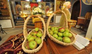 Что можно делать на Яблочный Спас: освящать яблоки в храме