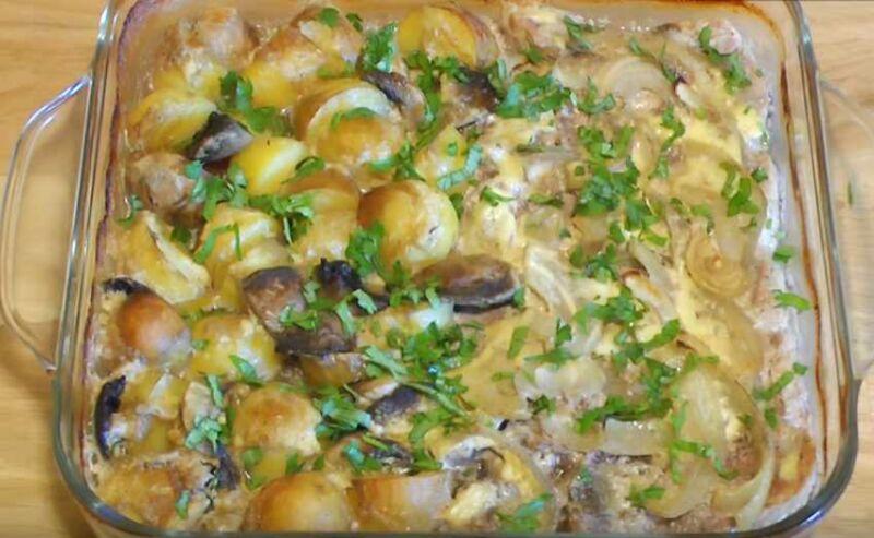 Картошка с грибами и мясом в духовке - рецепт со сметаной и сыром