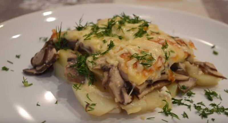 Рецепт картошки со сметаной и шампиньонами под сыром в духовке