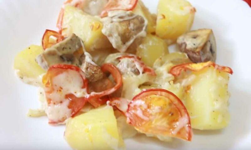 Как приготовить картошку с грибами, сыром и помидорами в духовке?