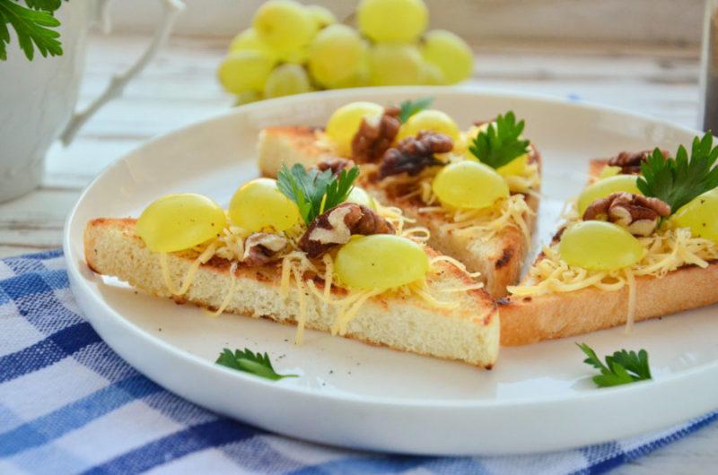 Брускетта с виноградом, орехами и сыром