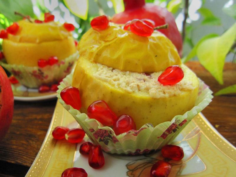 Печеные яблоки с творогом и гранатом — на редкость нарядный и вкусный десерт