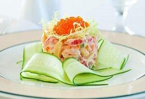 салат с красной рыбой и огурцом