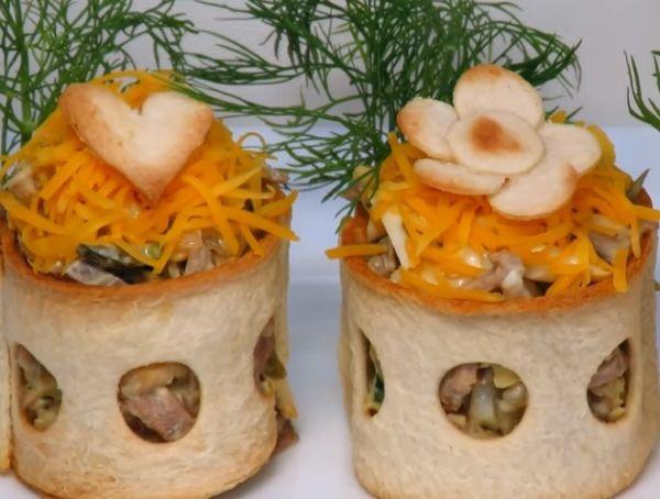 Изумительный салат с языком в хлебных стаканчиках