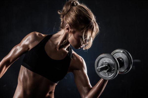 Упражнения на грудь в тренажерном зале для девушек с гантелями и без, на турнике