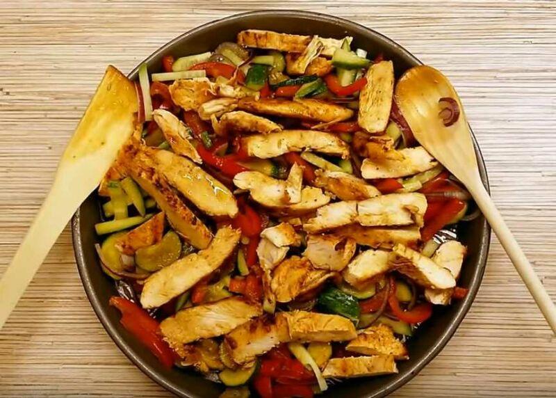 Куриный салат под соевым соусом с огурцами