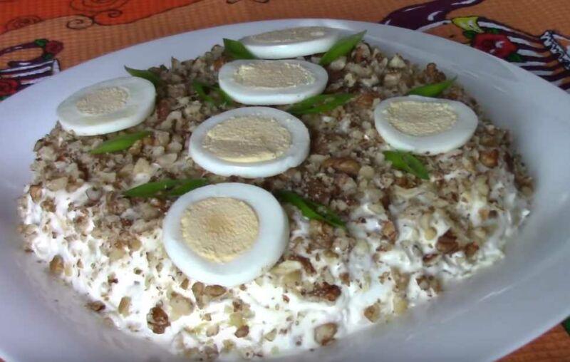 Праздничный салат из куриного филе с ананасом и орехами