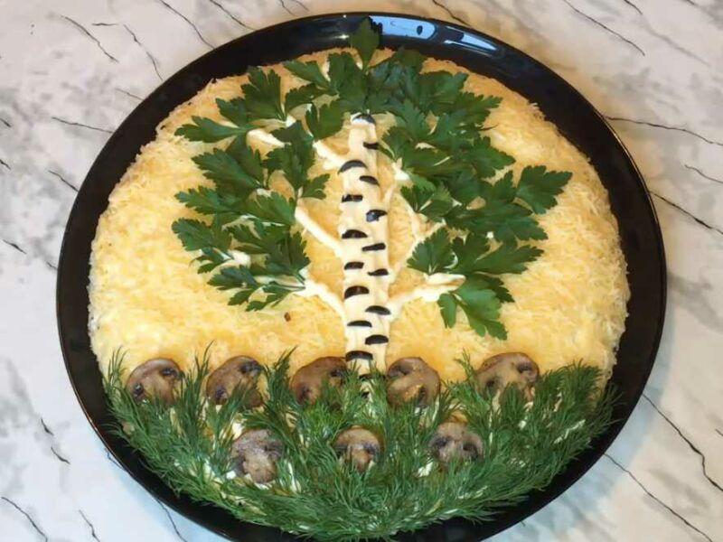"""Салат слоями """"Березка"""" с курицей, сыром и зеленью"""