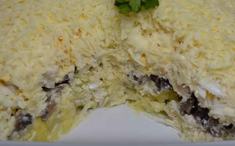 Слоёный салат из курицы с жареными грибами и сыром