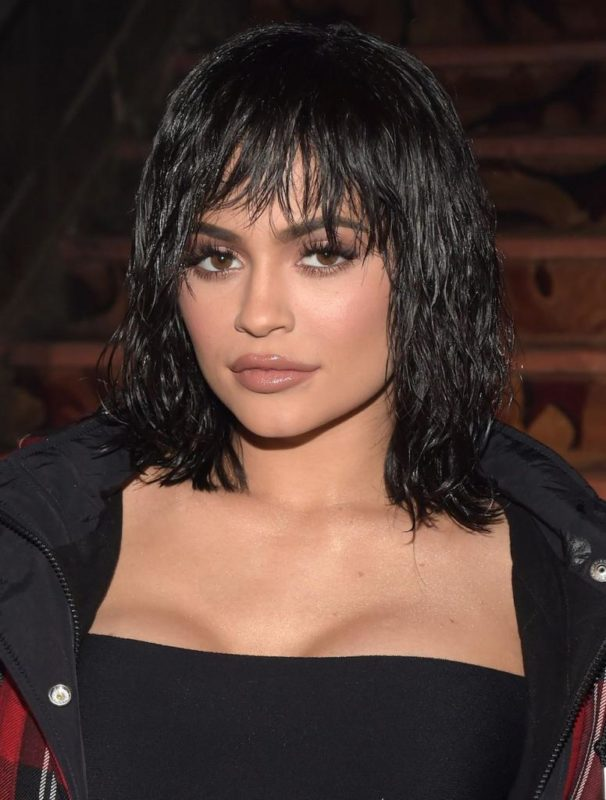 Укладка с эффектом на средних темных волосах