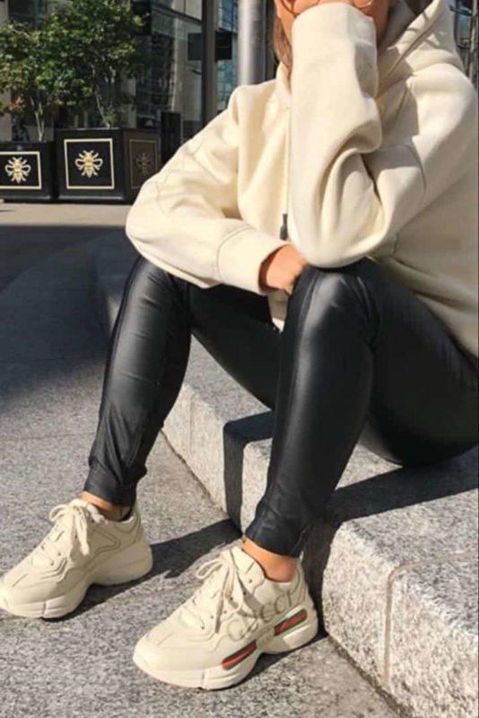 С чем носить бежевые кроссовки женщине?