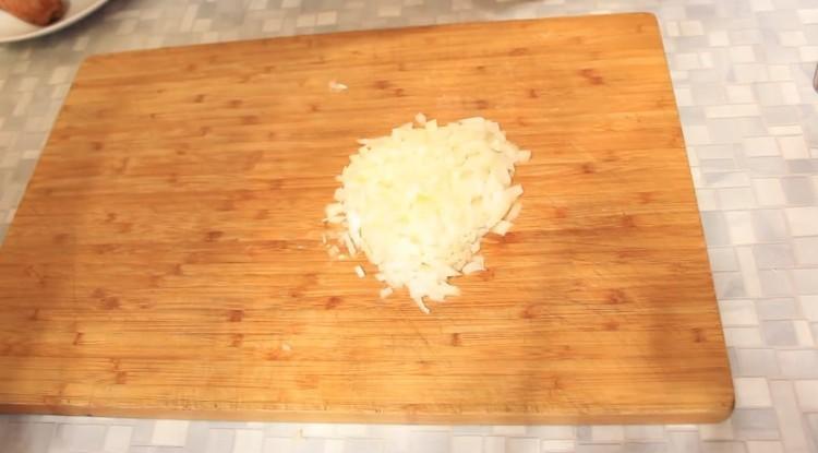 Мелко нарезают лук